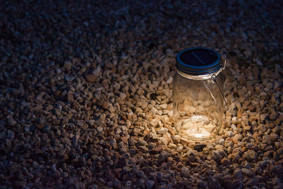 03 Die leuchtstarken LEDs beleuchten einen Weg im Garten